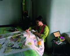 Patrick_Faigenbaum_Shreyasi-Chatterjee-au-travail-en-train-de-broder-Lake-Town-Kolkata-nord-mars-2011.jpg