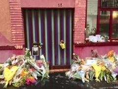 agnès Varda sa porte rue Daguerre avec les bouquets déposés par ses admirateurs.jpg