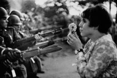 Marc Riboud la jeune fille à la fleur.jpg
