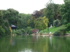 Parc Montsouris Paris pièce d'eau et kiosque à musique.JPG