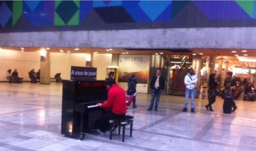 Ecouter ou jouer du piano dans la gare Montparnasse photo Marie Belin.JPG