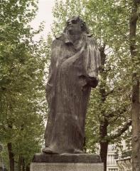 Balzac statue de Rodin bd raspail sous les arbres.jpg