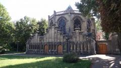 village reille chevet de la chapelle dans les jardins.JPG