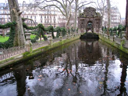 Jardin_du_Luxembourg_-_Medici_Fountain_in_winter.JPG