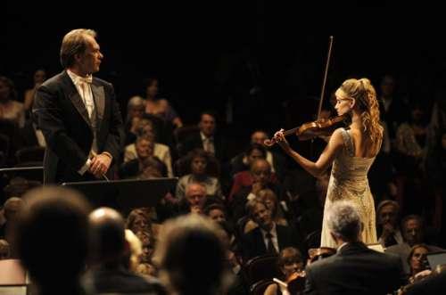 le-concert-2009-le chef d'orchestre et la soliste (Mélanie Laurent).jpg