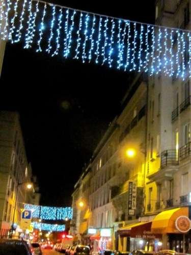 la rue du Montparnasse , une des rares rues éclairées du 14ème décembre 2011 photo Marie Belin.JPG
