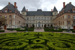 La Cité internationale universitaire bat central avec le parterre de buis.jpg