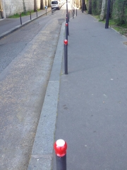 potelets colorés en rouge et blanc en hommage à varda rue emile richard laurence dinand.jpg