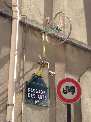 Insolite rue du passage des artistes vélo.jpg