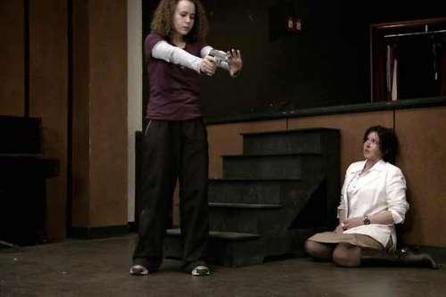 La journée de la jupe Isabelle Adjani et une élève qui a un pistolet.jpg