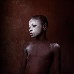 Camera Obscura exposition Denis Dailleux 28oct-3 dec 2016 jeune enfant au visage enfariné Ghana.jpg