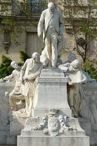 monument à la gloire de alphant et ses collaborateurs.jpg