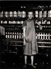 Lewis Hine fileuse dans une usine de Nouvelle  Angleterre 2004.jpg