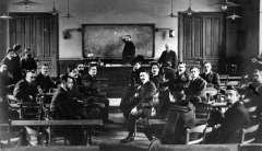 lecture par ferdinand brunot à la Sorbonne.jpg