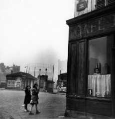 expophoto Robert Doisneau à la fondation Henri Cartier Bresson le nez au carreau.jpg