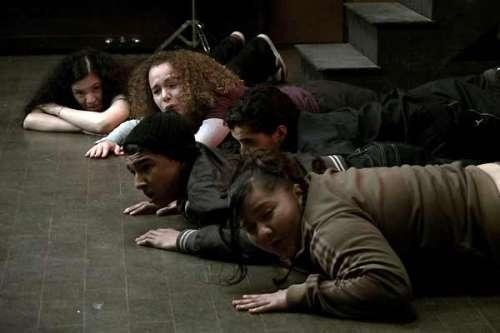 la journée de la jupe les élèves allongés sur le sol.jpg