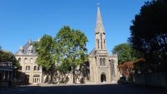 village Reille cour d'entrée avec chapelle et batiments conventuels.JPG