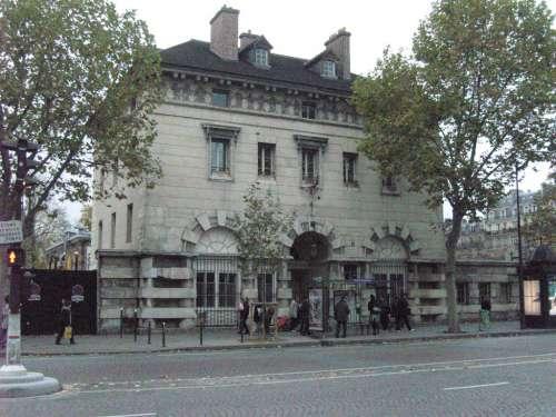 Paris_14e_-_place_Denfert-Rochereau_-_pavillon_Ledoux_ouest.JPG
